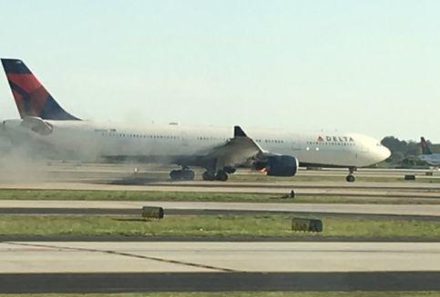 Mesin Berasap, Pesawat Maskapai Delta Airlines Mendarat Darurat