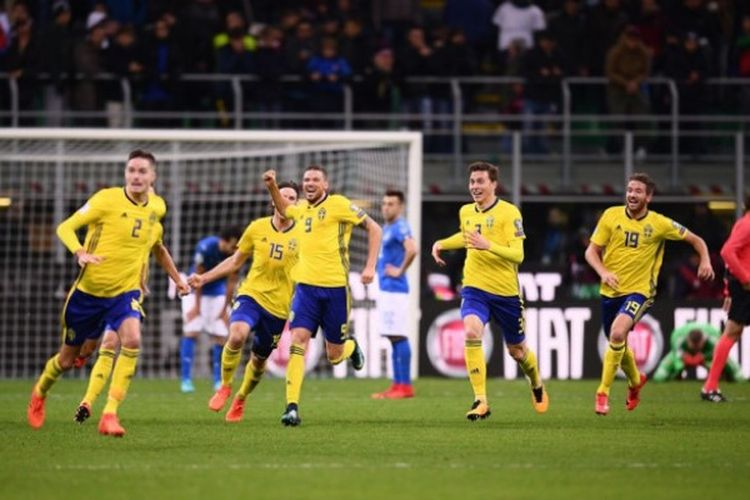 Timnas Swedia merayakan kesuksesan lolos ke putaran final Piala Dunia 2018 setelah bermain imbang 0-0 dengan Italia di Stadion Giuseppe Meazza, Selasa (14/11/2017) dini hari WIB.