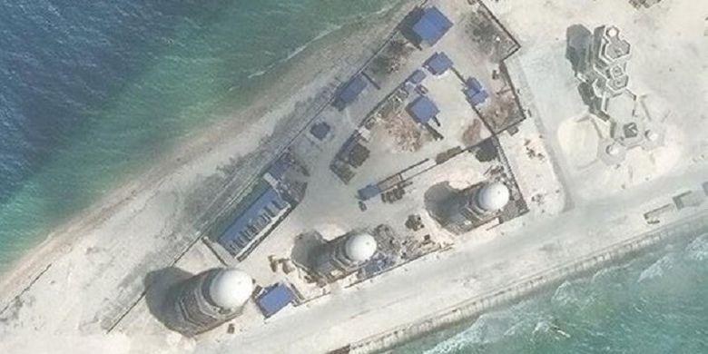 Pembangunan di pulau karang Fiery Cross di Kepulauan Spratly, menurut citra satelit yang direkam pada 9 Maret 2017, yang dirilis oleh Asia Maritime Transparency Initiative (AMTI).