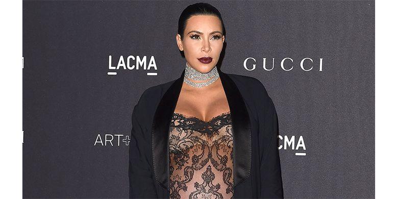 Warna berry lip pada bibir Kim Kardashian