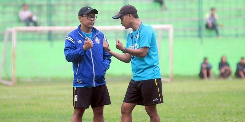 Pelatih Arema FC, Aji Santoso (kiri), berdiskusi dengan asisten pelatih Joko Susilo saat mengawasi sesi latihan di Stadion Gajayana Kota Malang, Senin (20/2/2017) sore.