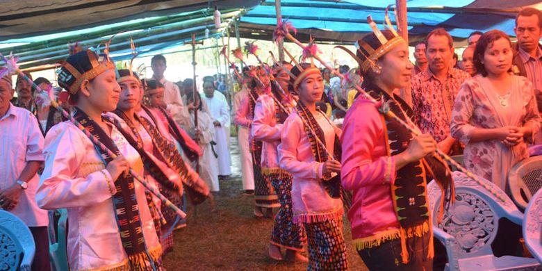 Penari mementaskan tarian Raga Sae mengantar tamu dalam berbagai ritual adat di Manggarai Timur, Nusa Tenggara Timur. Penari memegang sebuah tongkat di tangan sambil menari, Selasa (1/8/2017).