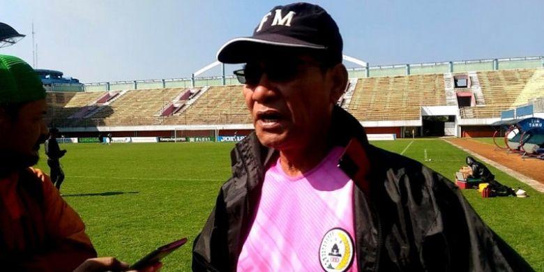 Pelatih PSS Sleman, Freddy Muli, saat uji coba lapangan di Stadion Maguwoharjo, Sleman, Yogyakarta.