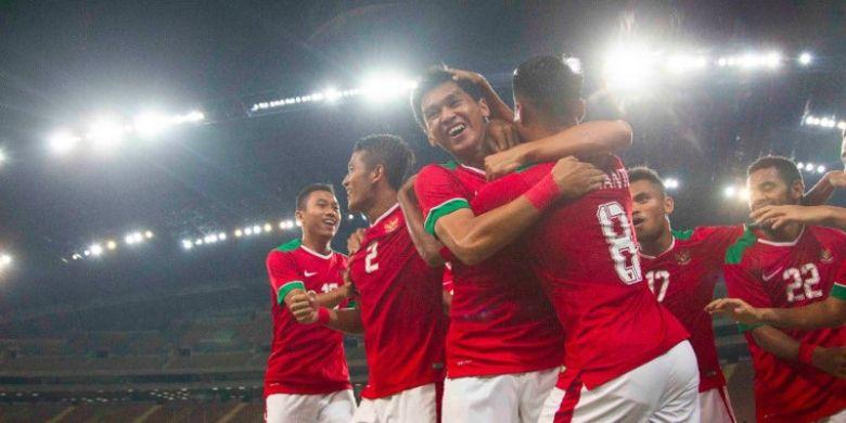 Para pemain timnas U-22 Indonesia merayakan gol yang dicetak Septian David (3 dari kiri) dalam laga SEA Games 2017 kontra Filipina di Stadion Shah Alam, Selangor, Kamis (17/8/2017).