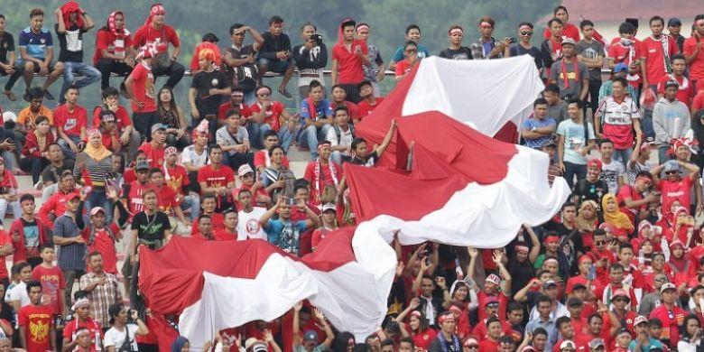 Bendera Merah Putih raksasa dibawa pendukung timnas U-22 Indonesia saat melawan Timor Leste pada laga ketiga Grup B SEA Games 2017 di Stadion MP Selayang, Selangor pada 20 Agustus 2017.