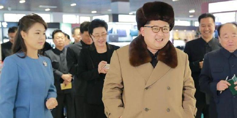 Pemimpin Tertinggi Korea Utara Kim Jong Un ditemani istrinya Ri Sol Ju menginspeksi sebuah toko di Pyongyang