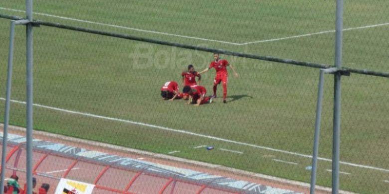 Selebrasi sujud syukur para pemain timnas U-19 Indonesia seusai mencetak gol ke gawang timnas U-19 Brunei pada laga pamungkas Grup B Piala AFF U-18 2017 di Stadion Thuwunna, Yangon, Myanmar, Rabu (13/9/2017).