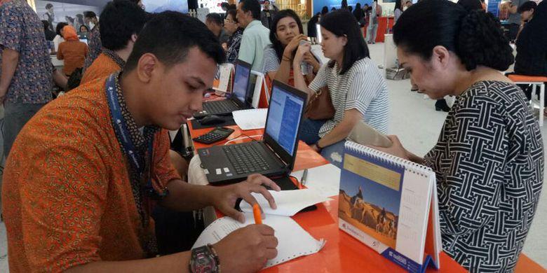 Transaksi langsung yang dilakukan di pameran wisata Dwidayatour Carnival 2017, beragam promo di acara tersebut hanya bisa dilakukan dengan transaksi langsung, Jumat (15/9/2017). Travel Fair ini diselenggarakan 15-17 September 2017, di main atrium Senayan City Mall, Jakarta.