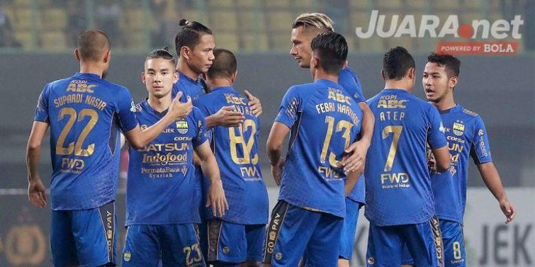 Pemain Persib Bandung saling bersalaman menjelang dimulainya laga melawan Bhayangkara FC dalam pertandingan lanjutan Liga 1 di Stadion Patriot Chandrabhaga, Bekasi, Minggu (4/6/2017).
