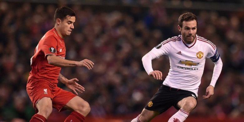 Gelandang Liverpool FC, Philippe Coutinho, mengawal pergerakan pemain Manchester United, Juan Mata, dalam laga leg pertama babak 16 besar Liga Europa di Stadion Anfield, Liverpool, Inggris, pada 10 Maret 2016.