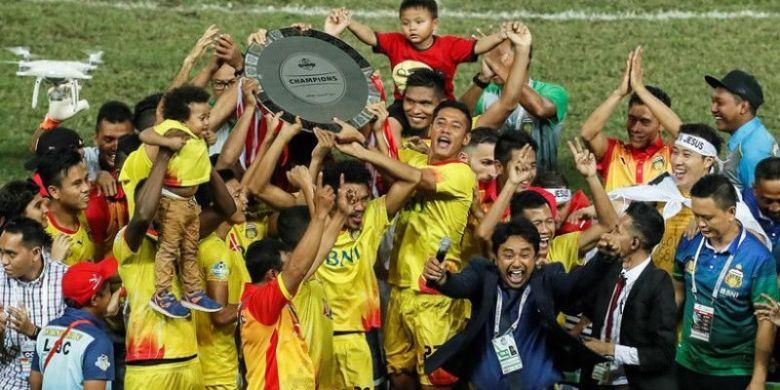 Para pemain Bhayangkara FC mengangkat trofi juara Liga 1 musim 2017 setelah mereka kalah dari Persija pada laga pekan pamungkas di Stadion Patriot, Kota Bekasi, Minggu (12/11/2017) malam.