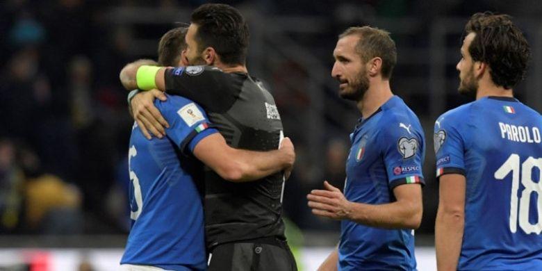 Gianluigi Buffon (kedua dari kiri) memeluk Andrea Barzagli setelah timnas Italia bermain imbang 0-0 dengan Swedia pada partai kedua play-off Kualifikasi Piala Dunia 2018 di Stadion Giuseppe MEazza, Selasa (14/11/2017) dini hari WIB.