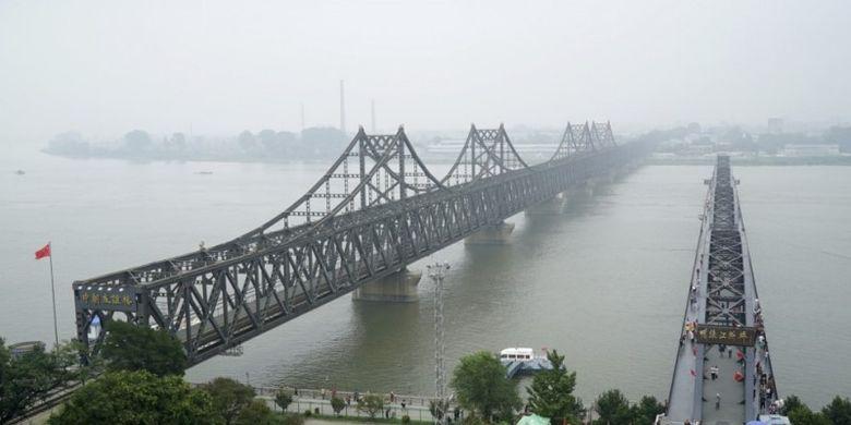 Jembatan sepanjang 944 meter ini menghubungkan pusat industri Korea Utara di Sinuiju dengan Dandong. (SCMP)