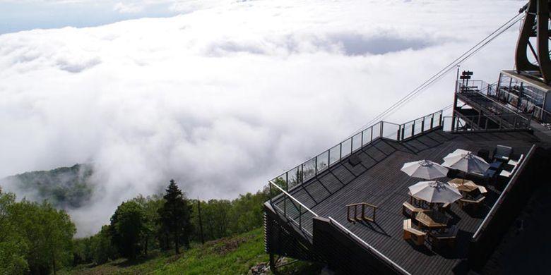 Pegunungan Alpen ala Jepang disebut juga Japanese Alps atau Nihon Arupusu adalah deretan pegunungan yang membentang di Pulau Honshu, utara Jepang. Untuk menikmati pemandangan ini, Anda bisa menyambangi SORA Terrace di puncak Gunung Ryuo.