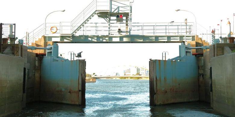 Sejak Oktober 2017 ada cara lain menikmati pemandangan di Nagoya, Jepang, yakni kapal feri yang diberi nama Cruise Nagoya. Setelah kurang lebih 50 menit meninggalkan dermaga, Anda akan disambut oleh pintu air yang menjaga kapasitas air dalam kanal.