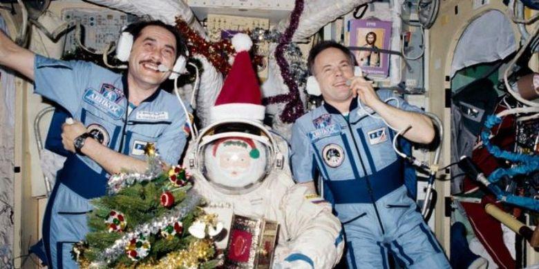 Pavel Vinogradov dan Komandan Anatoly Solovyev di Mir Space Station tahun 1997. Foto: Koleksi NASA