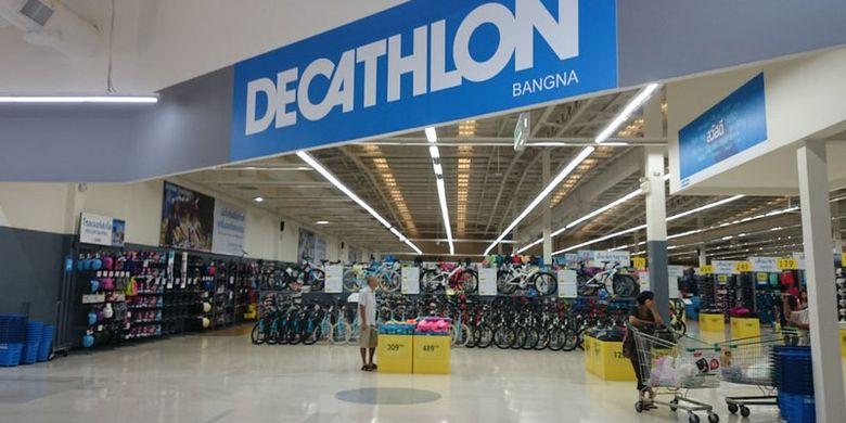 Decathlon Bang Na di Bangkok, Thailand. Decathlon adalah outlet perbelanjaan ala Perancis yang menjual semua barang olahraga di bawah satu atap.