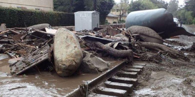 Reruntuhan batu, pohon, dan bangunan menutupi jalan di sekitar Montecito dalam banjir lumpur yang menerjang Selasa (9/1/2018).