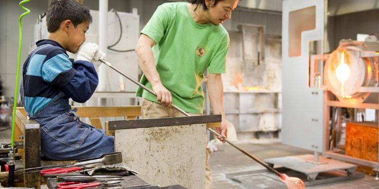 Pembuatan gelas ini bisa ditemui di Museum Azumino Art Hills di Prefektur Nagano, Jepang.