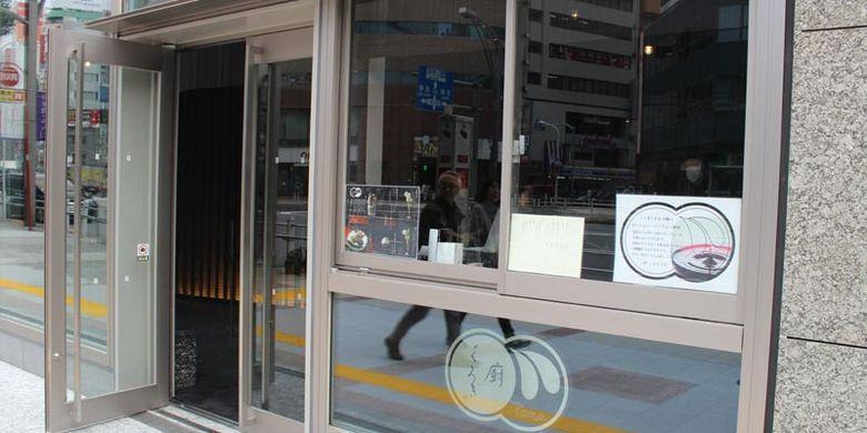 Kafe dan Bar Kuriya Otona Kurogi di Tokyo, Jepang. Kafe ini menjual kue-kue seperti parfait pada siang hari, dan pada malam harinya berubah menjadi bar yang menjual minuman beralkohol.