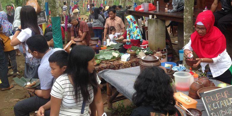Pasar Karetan, pasar unik ini berada di tengah kebun karet di Kendal, Jawa Tengah, Minggu (28/1/2018). Pasar ini tiap minggu dipenuhi ribuan wisatawan dari berbagai daerah.