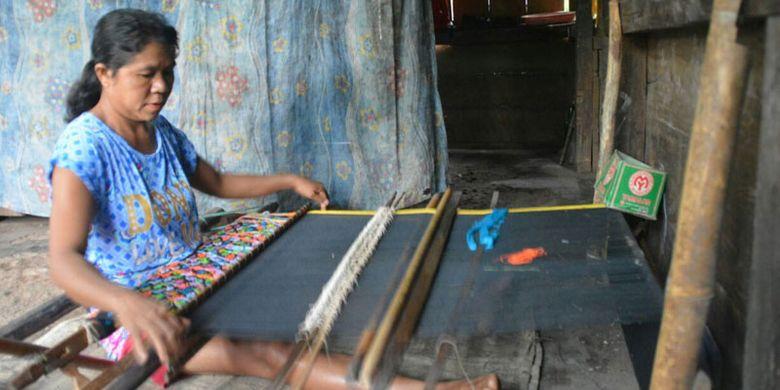 Perempuan Flores di Kabupaten Manggarai Timur, NTT sedang menenun, Senin (29/1/2018).