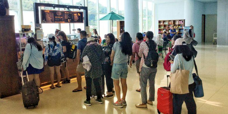 Para pengunjung La Bajo Flores Coffee yang terletak di Bandara Komodo, Labuan Bajo, Manggarai Barat, Nusa Tenggara Timur, Sabtu (14/4/2018).
