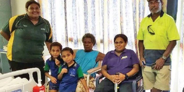 Rapia Komonde mengenakan atasan berwarna biru (tengah) bersama keluarganya di pulau Thursday Island sebelum ditahan Australian Border Force. (Aaron Smith/Torres News)