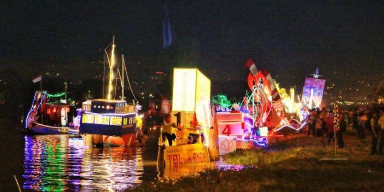 Puluhan perahu hias memeriahkan pembukaan Festival Banjir Kanal Barat di Kota Semarang, Jawa Tengah, Jumat (11/5/2018).