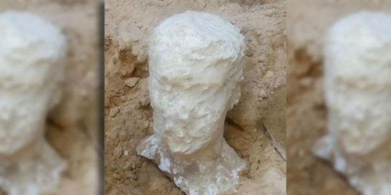 Patung kepala kuno terbuat dari batu pualam yang diyakini sebagai pemilik makam di Mesir.