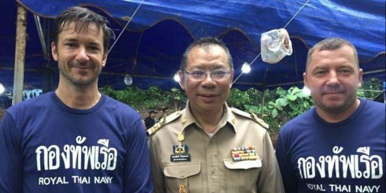 Ben Reymenants (kiri) berfoto bersama Gubernur Chiang Rai, Narongsak Osotthanakorn, dan sesama penyelam, Maksym Polejaka. (Facebook/Ben Reymenants)