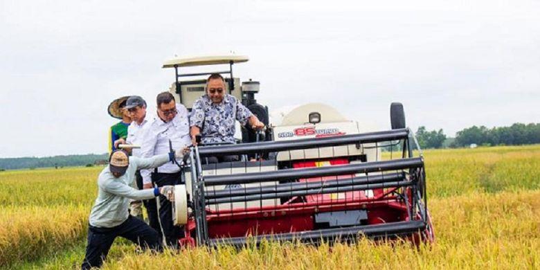 Sejak adanya bantuan Alsintan, Petani kini hemat biaya produksi hingga 30 persen.