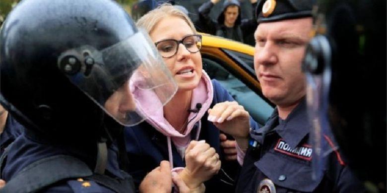 Lyubov Sobol, salah satu pemimpin oposisi Rusia, ditahan oleh polisi ketika hendak mengikuti demonstrasi di Moskwa Sabtu (3/8/2019).