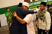 Peluk Ridwan Kamil untuk Uu Ruzhanul Ulum