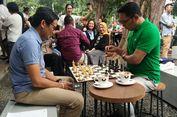 Ketika Ridwan Kamil dan Sandiaga Uno Nongkrong dan Tanding Catur di Kedai Kopi
