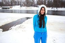Ingin Awet Muda, Wanita Ukraina Berenang Bugil di Sungai Membeku