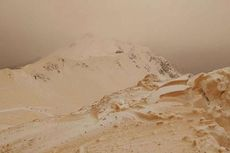 Salju Oranye Selimuti Kawasan Resor Ski di Rusia