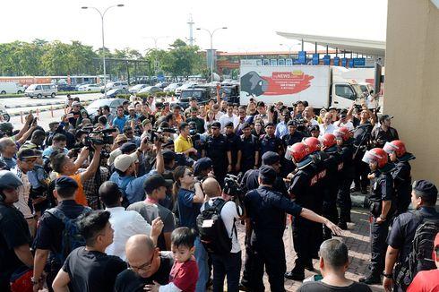 Najib Disebut Akan ke Jakarta, Massa Kepung Bandara Dekat Kuala Lumpur