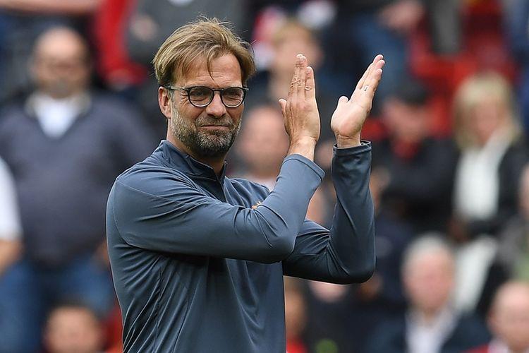 Manajer Liverpool, Juergen Klopp, memberikan tepukan tangan kepada suporter seusai pertandingan terakhir Premier League melawan Middlesbrough di Stadion Anfield, pada 21 Mei 2017.