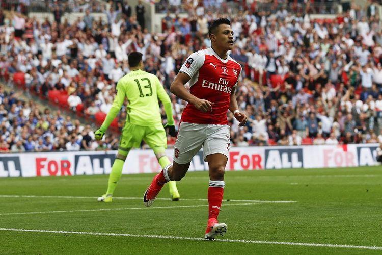 Penyerang Arsenal, Alexis Sanchez, merayakan gol ke gawang Chelsea pada laga final Piala FA di Stadion Wembley, London, 27 Mei 2017.