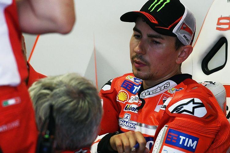 Pebalap Ducati Team, Jorge Lorenzo, sedang berdiskusi bersama para mekaniknya di area pit lane sesusai sesi latihan bebas di Sirkuit Mugello, Italia,3 Juni 2017.