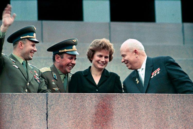 Dari kiri ke kanan Yuri Gagarin, Pavel Popovich, Valentina Tereshkova, dan pemimpin Uni Soviet Nikita Khrushchev di Mausoleum Lenin pada 1963..