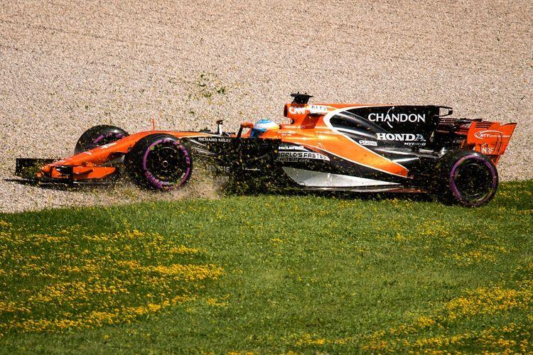 Pebalap McLaren, Fernando Alonso, tergelincir ke luar trek saat menjalani sesi latiha kedua GP Austria di Red Bull Ring, Spielberg, Jumat (7/7/2017).