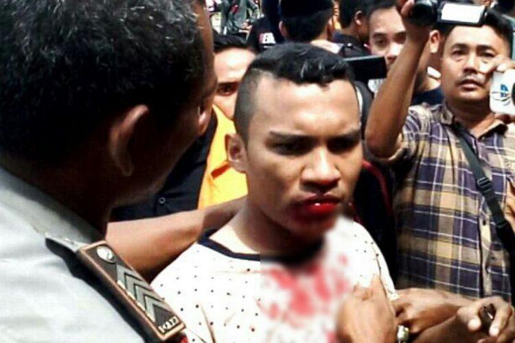 Seorang mahasiswa UHO Kendari terluka setelah bentrok dengan petugas keamanan kampus saat berunjuk rasa menolak penerapan uang pangkal bagi calon mahasiswa baru.