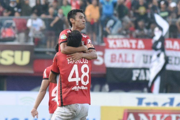 Gelandang Bali United, Fadil Sausu, merayakan gol seusai membobol gawang Barito Putera pada pertandingan Liga 1, Jumat (14/7/2017).