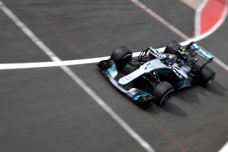 Pebalap Mercedes asal Finlandia, Valtteri Bottas, tampil pada sesi latihan pertama GP Inggris di Sirkuit Silverstone, Jumat (14/7/2017).