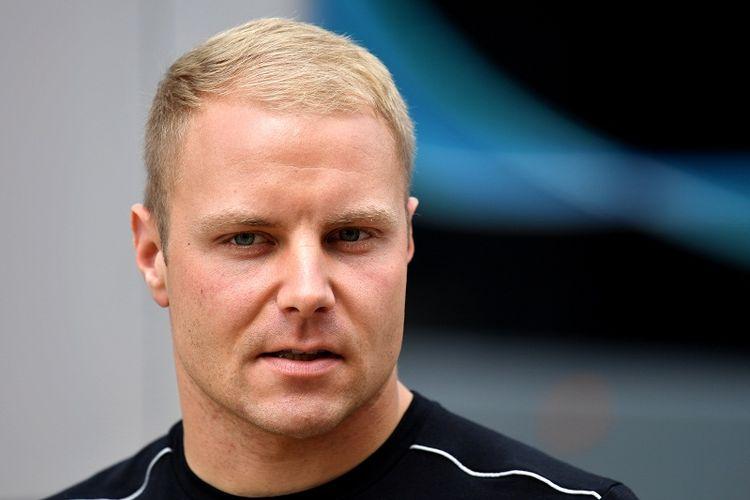 Pebalap Mercedes, Valtteri Bottas, berada di area paddock Sirkuit Silverstone, Inggris, menjelang seri Formula One (F1) GP Inggris, Kamis (13/7/2017).