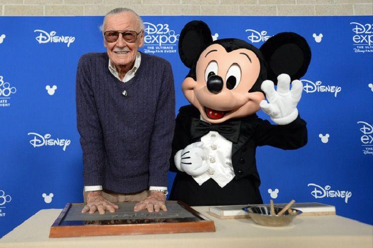 Didampingi Mickey Mouse, Stan Lee membubuhkan cap tangan pada plakat Disney Legends Awards yang merupakan rangkaian dari D23 Expo 2017 di Anaheim, California, Jumat (14/7/2017).