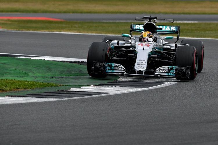 Pebalap Mercedes, Lewis Hamilton, memacu mobilnya pada balapan GP Inggris di Sirkuit Silverstone, Minggu (16/7/2017).
