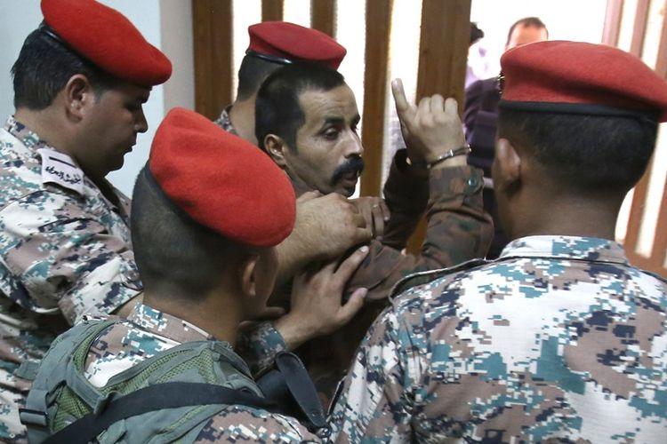 Maarik Al-Tawaiha (tengah) digiring ke luar ruang sidang Pengadilan Militer Jordania di Amman pada Senin (17/7/2017) setelah mendengarkan putusan hakim.